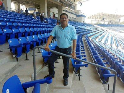 """El periodista deportivo Miguel Mendoza, en el estadio, poco antes que la administración lodeclarara """"non grato"""""""