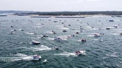 Decenas de embarcaciones participaron en el desfile, que también fue seguido desde las orillas (Reuters)
