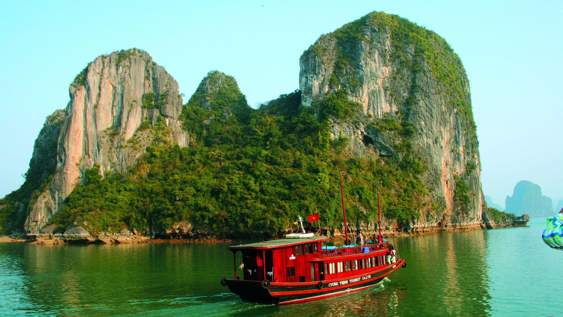 La bahía de Hạ Long, al nordeste de Vietnam, es conocida por sus aguas de color esmeralda y sus miles de elevadas islas de piedra caliza