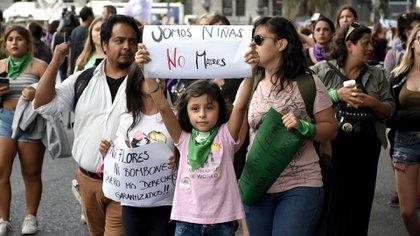 """El 8 de marzo del 2019 en Argentina las chicas llevaron carteles con el lema """"Niñas, no madres"""". (Nicolás Stulberg)"""
