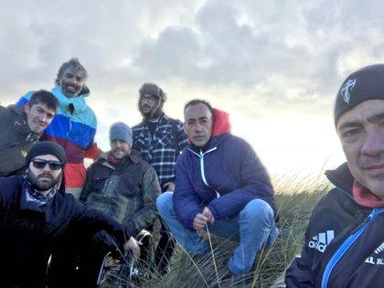 Los cuatro amigos que hicieron el trayecto junto a los dos guías chilenos que los acompañaron.