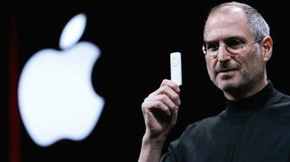 Steve Jobs con uno de los iPod, en la Macworld de 2005 (Foto: Justin Sullivan/Getty Images)