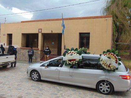 El cortejo fúnebre pasó por las principales calles del pueblo antes de dirigirse hacia el cementerio local.