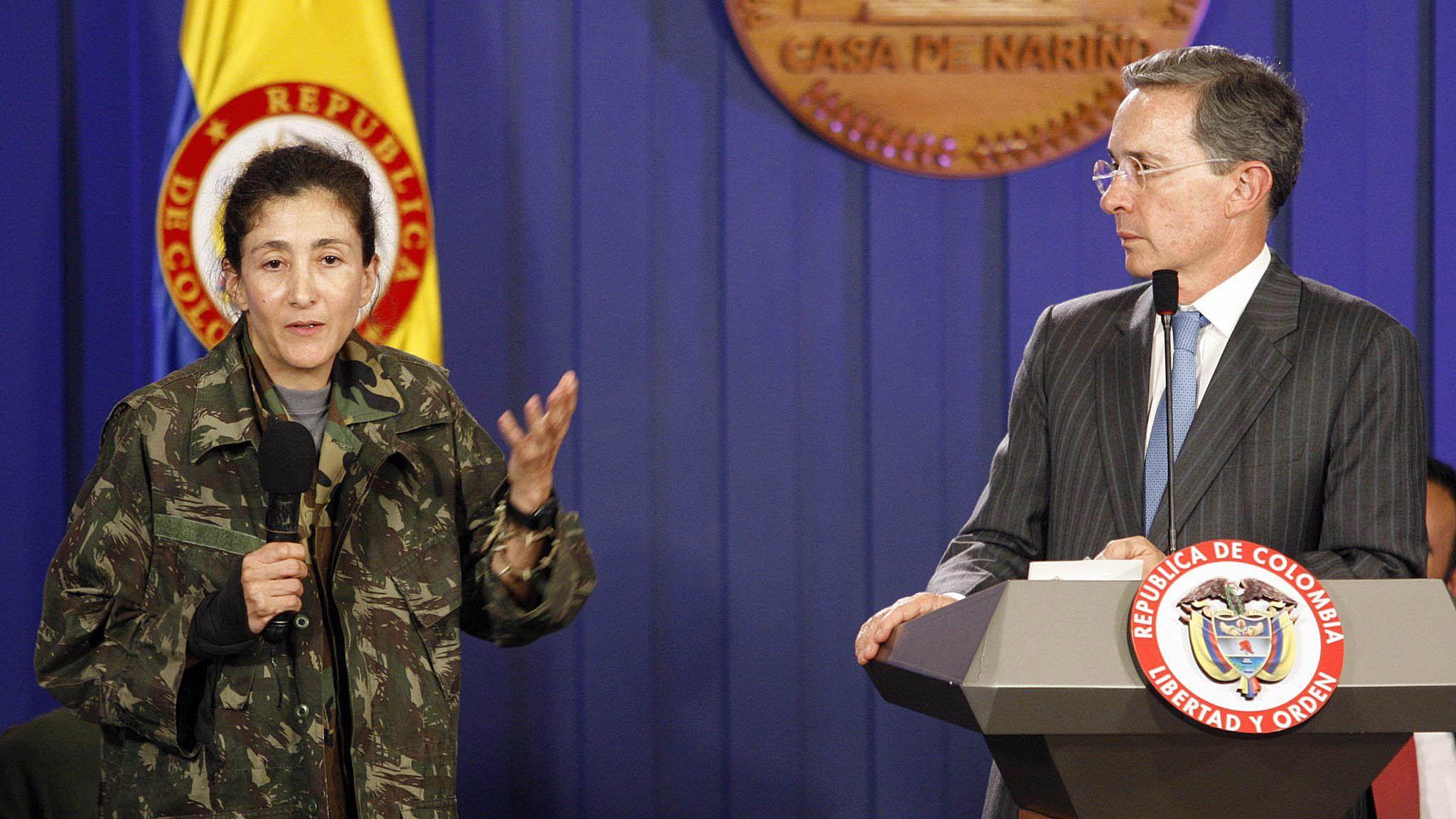 Bogotá, 02 jul 2008.- Intervención de Ingrid Betancourt en el Club Militar la noche de este miércoles (Colprensa-Marina Maldonad