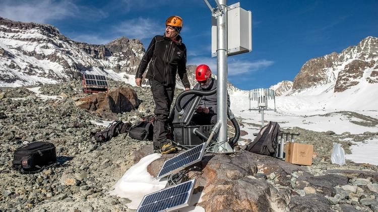 Casassa y Gonzalez monitorean el glaciar Olivares Alfa (TomasMunita/Bloomberg)