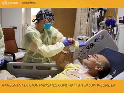 Una enfermera pone un respirador artificial a un paciente. Foto: REUTERS/Lucy Nicholson