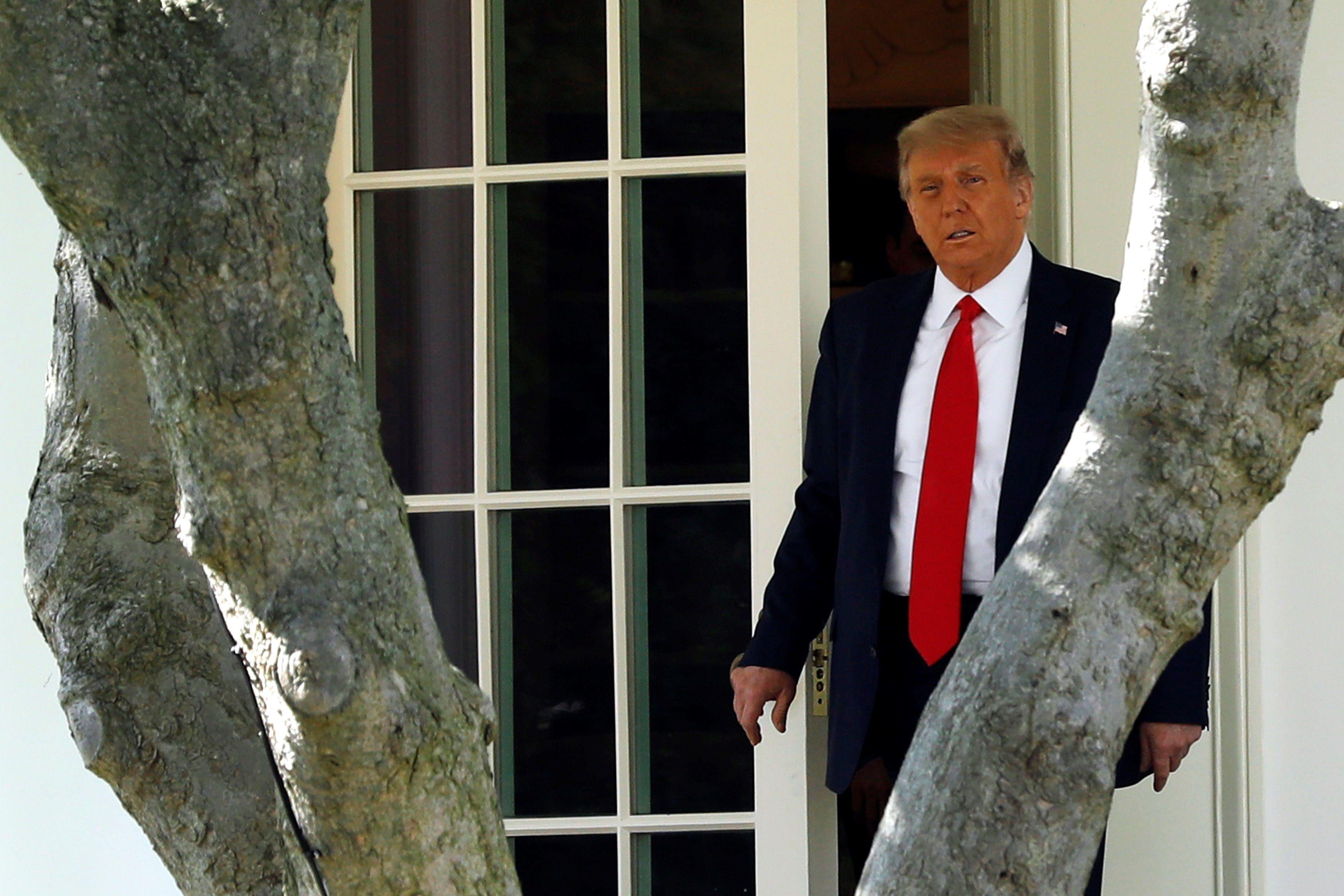 El presidente de Estados Unidos, Donald J. Trump, camina en la Casa Blanca en Washington (EE.UU.), hoy 30 de septiembre de 2020. EFE/Yuri Gripas