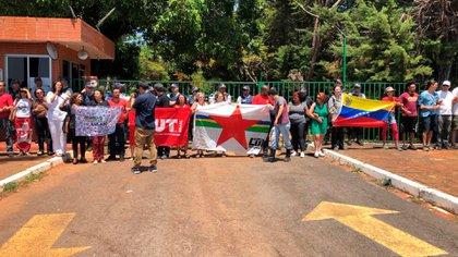 Militantes del PT bloquean la puerta de la embajada de Venezuela en Brasilia (Crédito: Fernanda Kobelinsky)