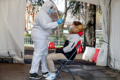 """""""Argentina entra en la temporada de frío con una meseta alta de casos. Con el otoño se dará una segunda ola de casos, y el riesgo es que las personas mayores aún no están vacunadas"""" (EFE)"""