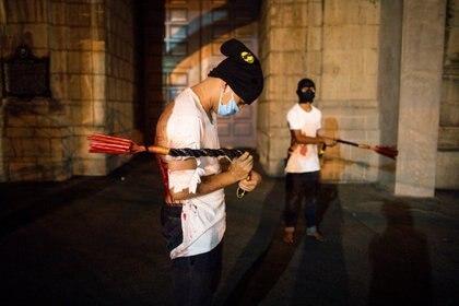 Filipinos se auto flagelan por la entrada del Covid 19 a su país