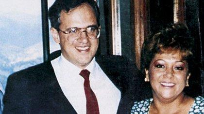 El expresidente Ernesto Samper junto a Elizabeth Montoya de Sarria, más conocida como la 'Monita Retrehera'.