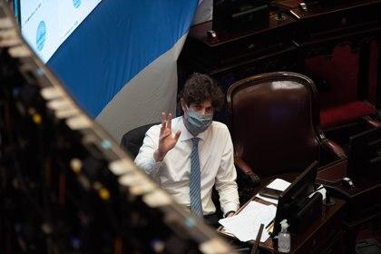Martín Lousteau llegó con barbijo pero, como los demás senadores, se lo quitó una vez que estuvo en su banca