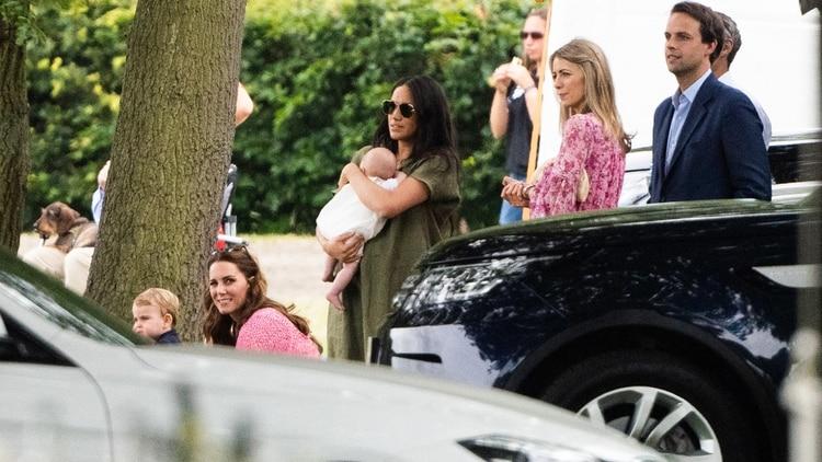 (The Grosby Group) Kate Middletoncon su hijo Louis y Meghan Markle con Archie en brazos