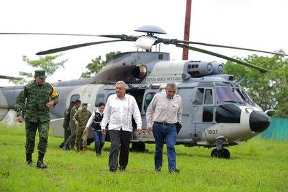 AMLO estuvo acompañado por el gobernador de Tabasco, Adán Augusto López, y por los secretarios de Marina y Defensa, entre otros (Foto: Twitter@GobiernoMX)