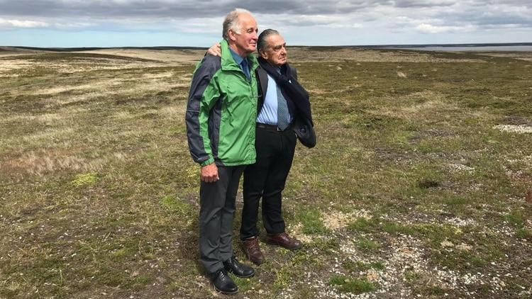 Eurnekian y Tim Miller, dueño de supermercados en las islas y quien se hace cargo del mantenimiento del camposanto argentino