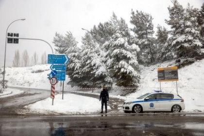 La autopista ha sido cerrada por precaución y un agente custodia uno de los accesos cerca de Krioneri (REUTERS/Alkis Konstantinidis)