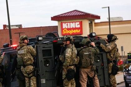 Oficiales con equipo táctico son vistos en el lugar de un tiroteo en una tienda de comestibles King Soopers en Boulder, Colorado, donde murieron 10 personas, entre ellas un agente de policía (Reuters)