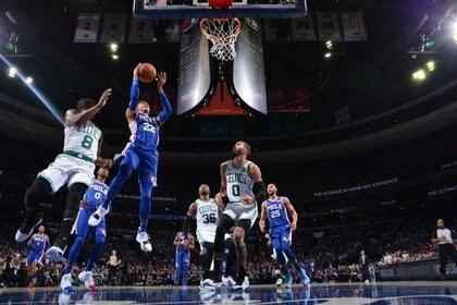 Philadelphia 76ers venció a Boston Celtics en un duelo de candidatos (AFP)