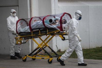 Personal médico traslada a un paciente con coronavirus