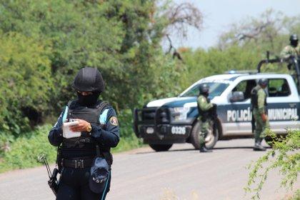 Policías prestan guardia en la zona donde un vehículo policial fue atacado por grupos armados, en Guanajuato (Foto: EFE/ STR)