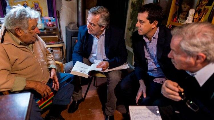 """Pepe Mujica, Fernández, """"Wado"""" de Pedro y Felipe Solá durante la visita del precandidato en la chacra de Mujica"""