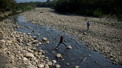 Venezolanos cruzan el río Táchira para llegar ilegalmente a Colombia (REUTERS/Marco Bello)
