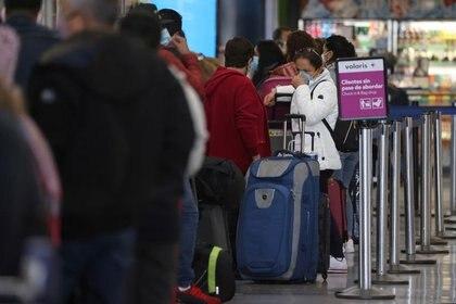 Los pasajeros esperan para registrarse en la terminal internacional Tom Bradley del aeropuerto LAX, Los Ángeles, EE. UU., 23 de noviembre de 2020. Reuters / Lucy Nicholson /