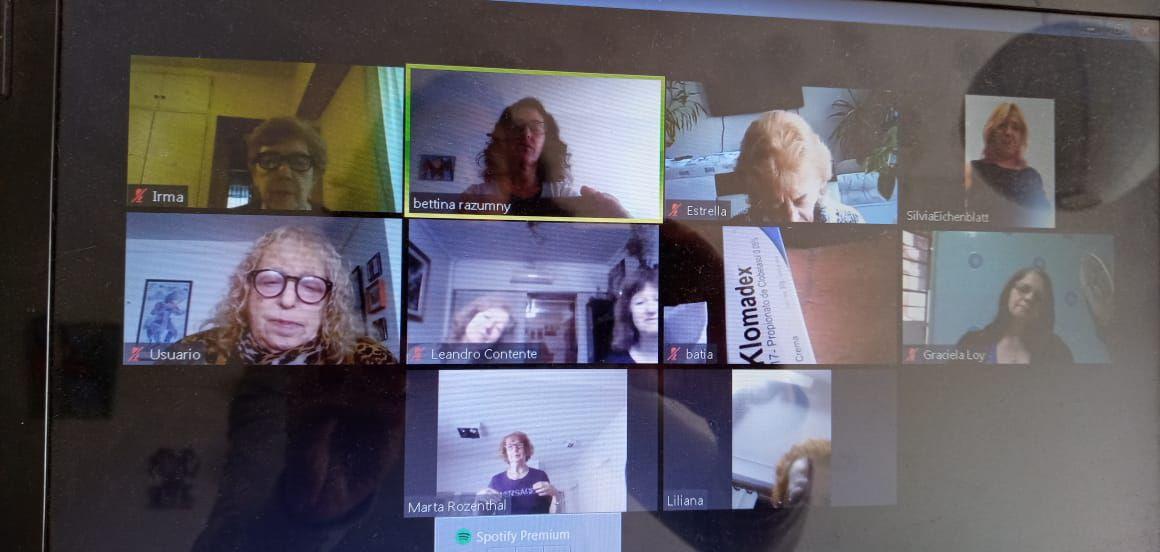 Una charla entre amigas por zoom. Graciela Loy, a la derecha, abajo.