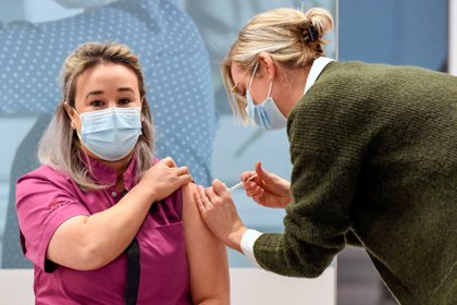 Los estadounidenses están acostumbrados a recibir sus vacunas en supermercados y farmacias, y no sólo en hospitales (REUTERS/Piroschka van de Wouw)