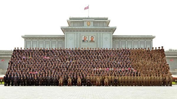 La plana mayor de las Fuerzas Armadas y de la dictadura de Corea del Norte: la mayoría podría eludir un ataque nuclear. No así la población civil, indefensa y engañada durante décadas por Pyongyang