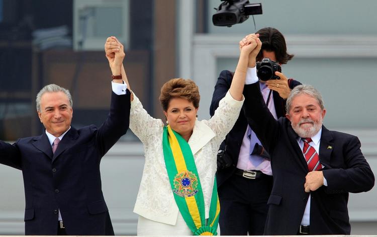 La entonces presidenta Dilma Rousseff, su vice Michel Temer —que sería su sucesor— y su antecesor, Luiz Inacio Lula da Silva, en el Planalto en enero de 2011 (REUTERS/Paulo Whitaker/File Photo)