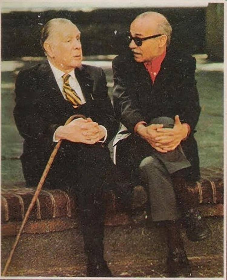 Jorge Luis Borges y Ernesto Sabato en el Parque Lezama, a espaldas del Museo Histórico Nacional