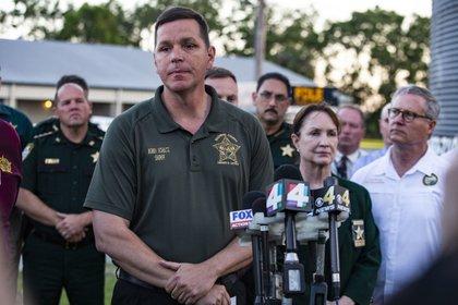El sheriff del condado de Gilchrist, Bobby Shultz,habla ante los medios luego del asesinato de los policías.(Lauren Bacho/The Gainesville Sun via AP)