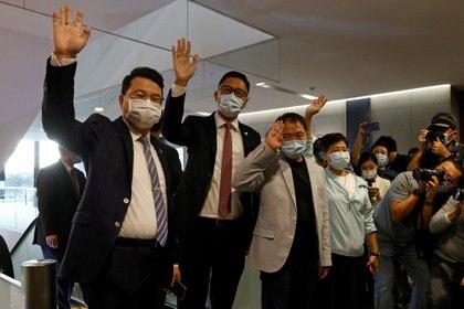 Los legisladores prodemocracia Wu Chi-wai, Andrew Wan y Lam Cheuk-ting saludan a los medios de comunicación después de entregar sus cartas de renuncia (REUTERS / Tyrone Siu)
