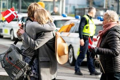 Europeos que quedaron varados en Lima debido a la enfermedad coronavirus, después de que Perú prohibió todos los vuelos hacia y desde Europa durante 30 días, llegan al aeropuerto de Copenhague, Dinamarca, el 3 de abril de 2020 (Claus Bech/Ritzau Scanpix/via REUTERS)