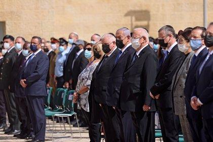El primer ministro israelí, Benjamin Netanyahu, y el presidente Reuven Rivlin, rinden homenaje durante una ceremonia de colocación de ofrendas florales que marca el Día del Recuerdo del Holocausto en la plaza del gueto de Varsovia en el memorial de Yad Vashem en Jerusalén, el 8 de abril de 2021. Emmanuel Dunand / Pool vía REUTERS
