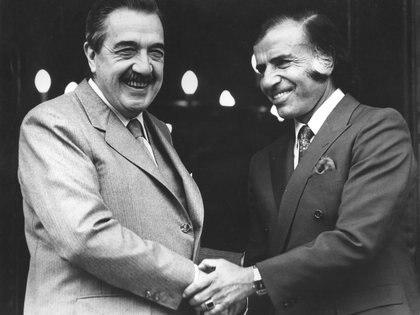 En 1993, Menem selló el pacto de Olivos con Raúl Alfonín que le permitió acceder a un segundo período tras la reforma constitucional del año siguiente que incluyó una reducción del mandato presidencial, la creación del Consejo de la Magistratura, la legalización de los Decretos de Necesidad y Urgencia. A través de esa reforma política también le dio rango constitucional a los Tratados de Derechos Humanos, se amplió la nómina de derechos y garantías y se incorporó un tercer senador por la minoría. (N A)