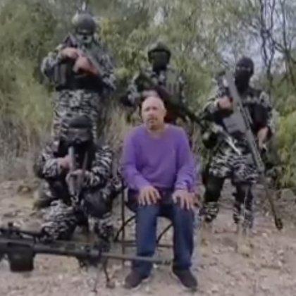 Durante el video se puede observar a un sujeto sentado y, a sus espaldas, cuatro sicarios fuertemente armados y vistiendo equipo táctico y ropa tipo militar (Foto: Captura de pantalla/Twitter/@blogdelnarcomx)