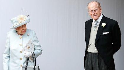 La reina Isbael II con el duque de Edimburgo (AFP)