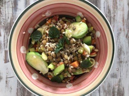 Una ensalada con mucha fibra y vegetales de muchos colores para copiar e imitar en casa