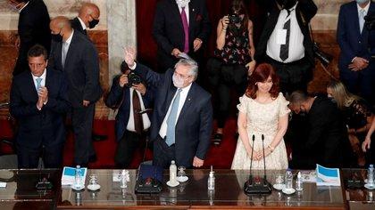 Alberto Fernández junto a Cristina Kirchner en la Asamblea Legislativa del lunes (Reuters)