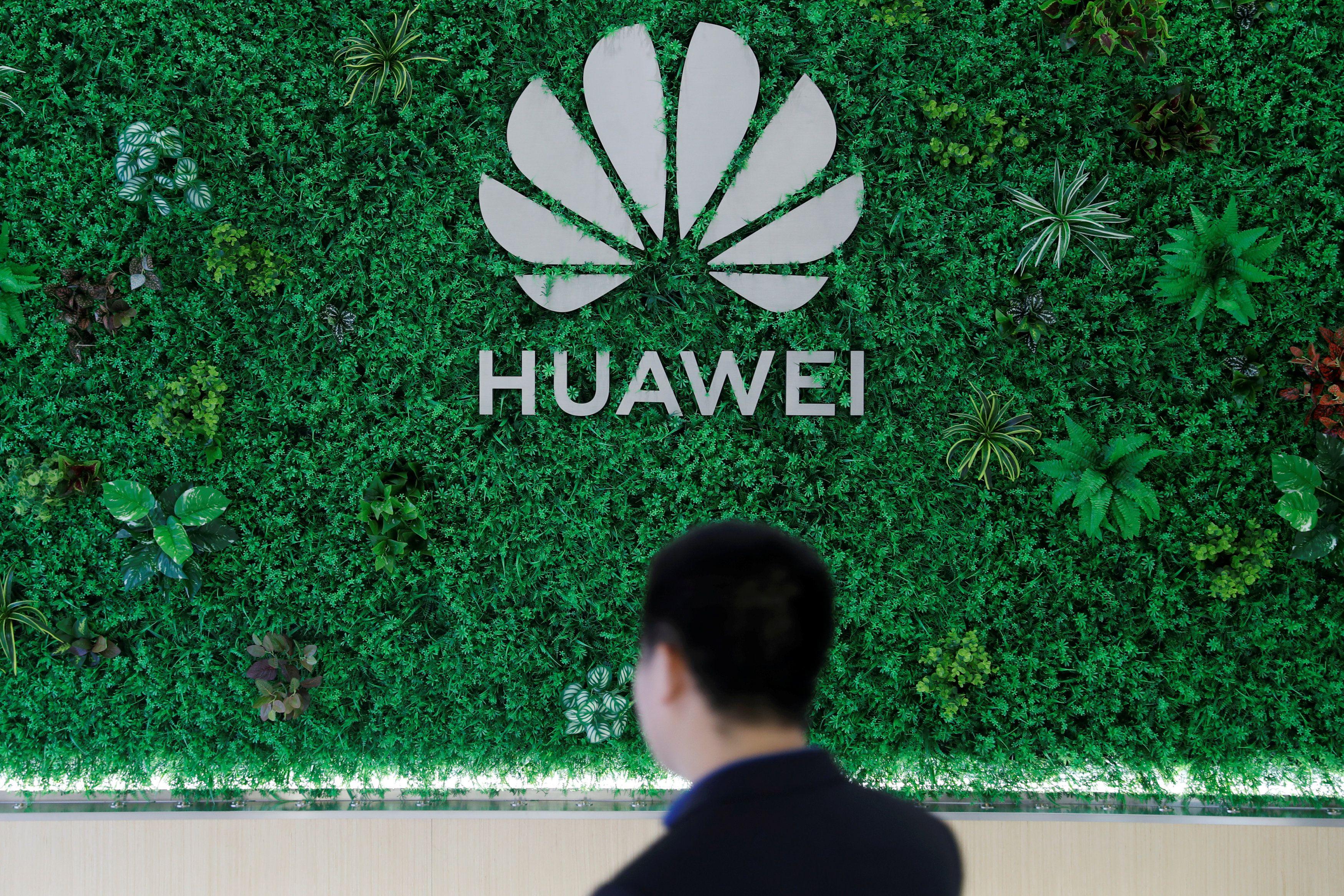 El logotipo de Huawei se ve en su sala de exposición en Shenzhen, provincia de Guangdong, China, 29 de marzo de 2019. REUTERS / Tyrone Siu