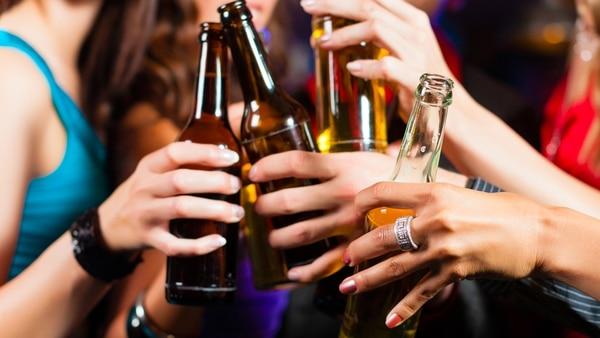Los jóvenes hacen mezclas con bebidas de diferentes graduaciones de alcohol (Archivo)