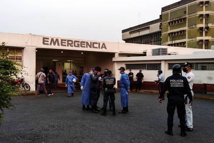 Trabajadores de la salud y miembros de la Policía Nacional Bolivariana frente a un hospital de Venezuela el 1 de mayo de 2020 (REUTERS/Manuel Alvarado/File Photo)