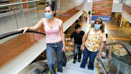 MÉXICO, D.F., 03MAYO2009.- Centros comerciales, como Parque Delta, lucen vacios y con la mayoría de los locales cerrados, debido a la alerta epidemiológica emitida por el gobierno para controlar la epidemia de influenza AH1N1 que afecta al país.  FOTO: ISAAC ESQUIVEL/CUARTOSCURO.COM