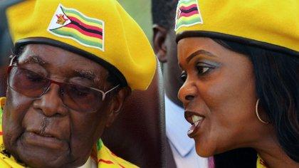 La entonces primera dama Grace Mugabe le habla al oído a su marido durante un acto en Harare, Zimbabwe, el 8 de noviembre de 2017 (REUTERS/Philimon Bulawayo)