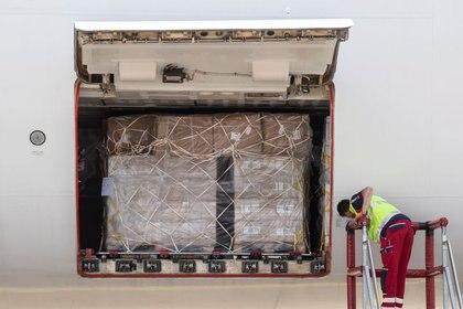 Foto de archivo ilustrativa de un avión en el aeropuerto de Suiza cargado con ayuda humanitaria. Jun 18, 2020.  (Foto: Ennio Leanza/Pool via REUTERS)