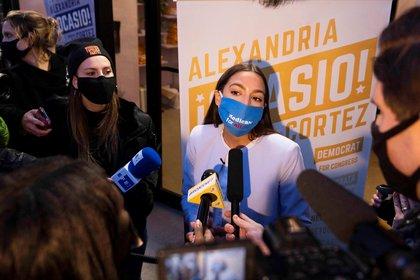 La demócrata Alexandria Ocasio-Cortez conserva su escaño en la Cámara de Representantes (EFE / EPA / JUSTIN LANE)