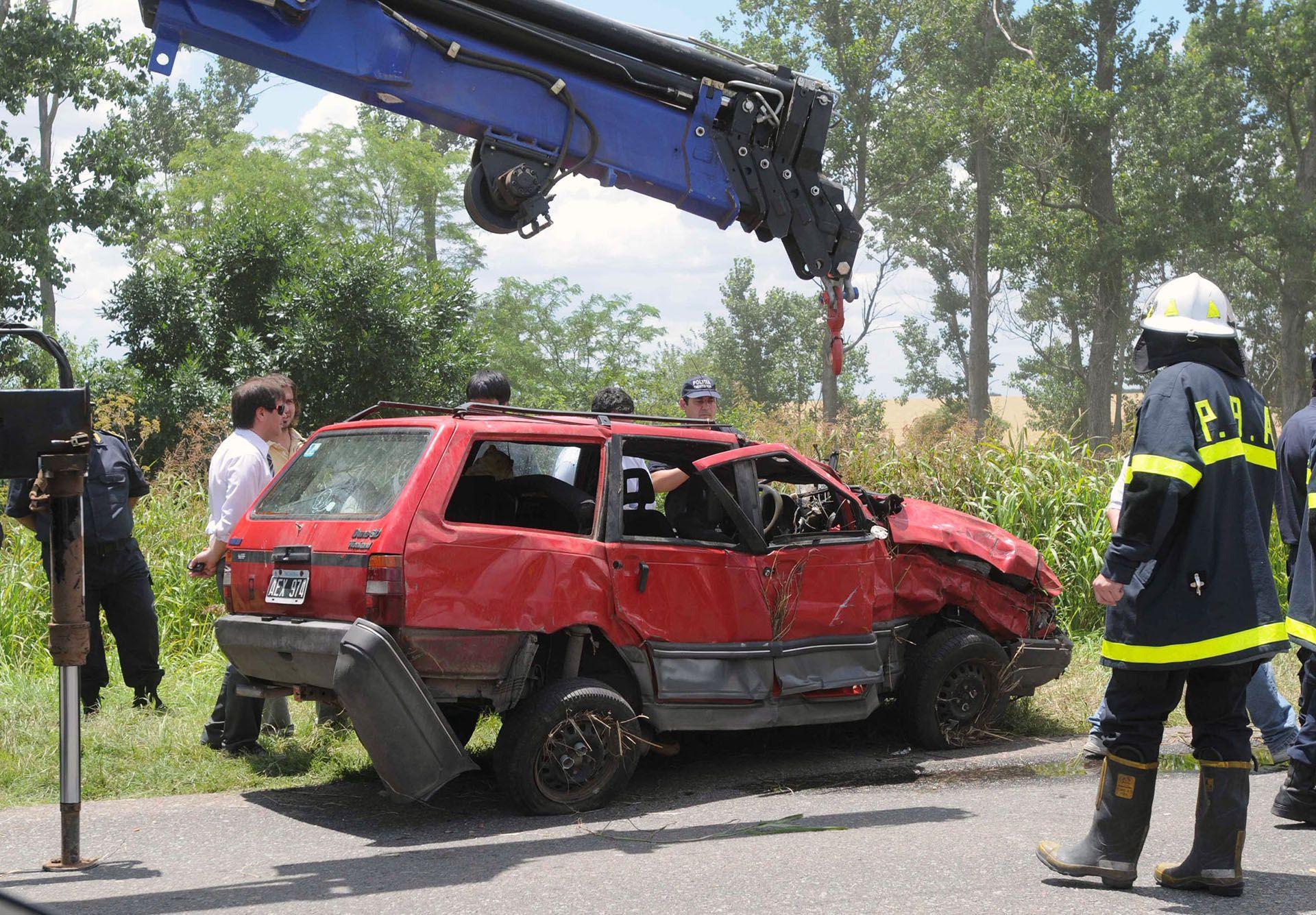 El auto de la familia Pomar es retirado de la maleza al costado de la ruta 31, donde se lo halló luego de 24 días de búsqueda (Foto NA)