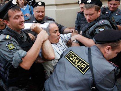 Una de las críticas a la carta dijo que ninguno de los firmantes había sido censurado: Rushdie y Kasparov (en la foto, detenido por la policía rusa) podrían disentir. (Reuters)